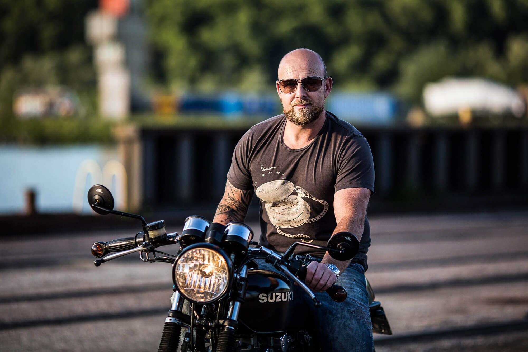 motorbike suzuki coffee bike portrait photography portraitfotografie flap photography fotograf philipp greindl photographer linz austria